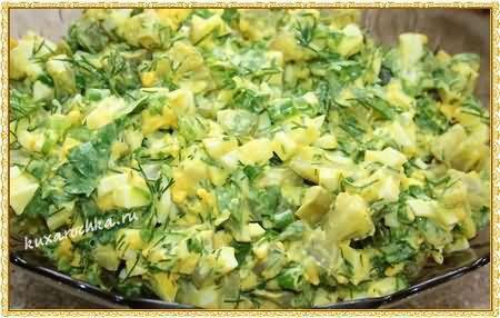 Салат с солеными огурцами и яйцами