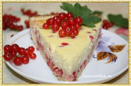 Летний творожный пирог с красной смородиной