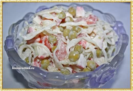 Салат  крабовый с капустой, горошком и помидорами