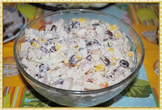 Салат с копченой курицей, фасолью и кукурузой