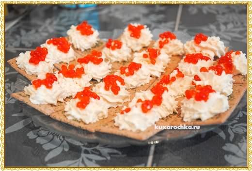 Закуска с крекерами и красной икрой
