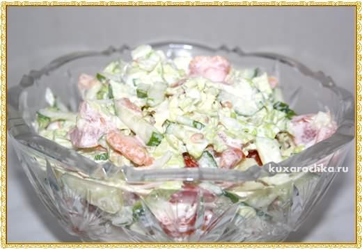 Салат с помидорами, огурцами и китайской капустой