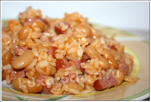 Рис с колбасой и фасолью