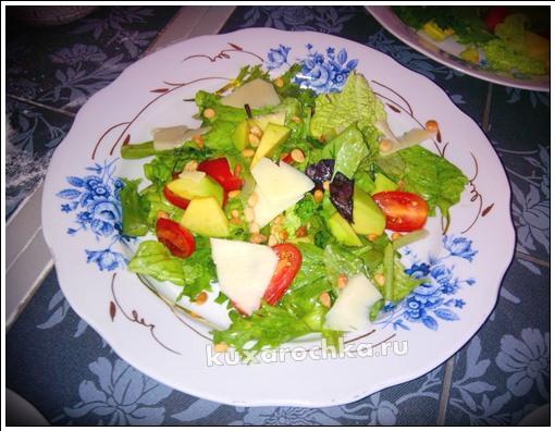 Салат с авокадо, черри и кедровыми орехами
